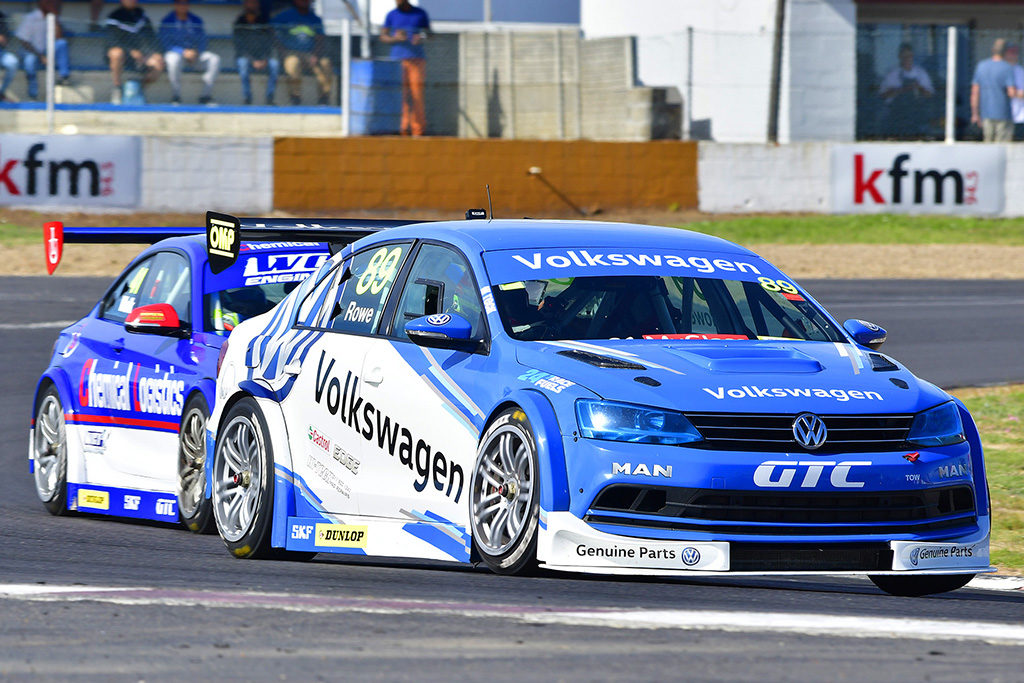 Daniel Rowe (VW Motorsport Jetta) fought for the race one lead with Robert Wolk (Chemical Logistics BMW). Picture: Dave Ledbitter.
